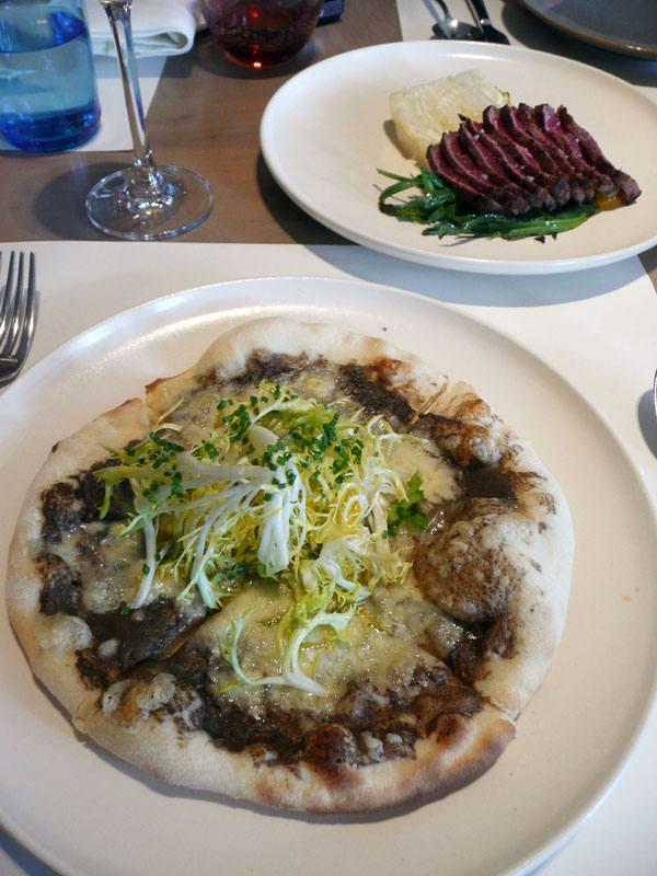Restaurant LE MARKET, Pizza à la truffe noire et le sashimi de bœuf