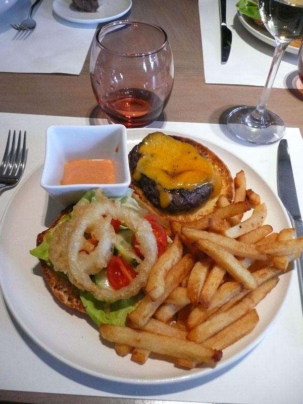 Restaurant LE MARKET, Burger au cheddar et oignons croustillants