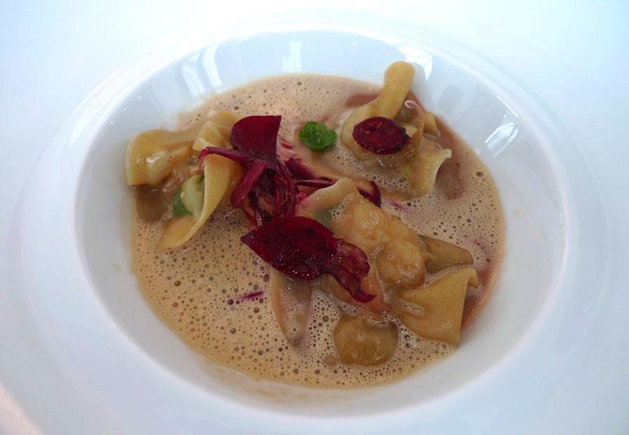 Neva Cuisine, raviolis de gambas et julienne de légumes dans un bouillon mousseux