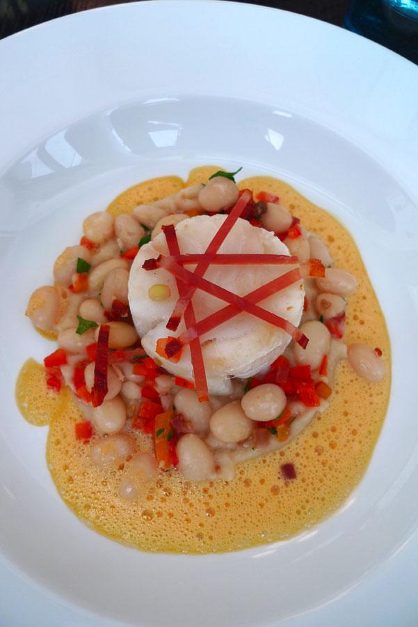 Neva Cuisine, cabillaud demi-sel à la plancha avec coco de Paimpol et émulsion chorizo