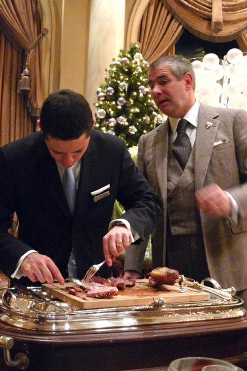 Restaurant Le Cinq : Découpe au guéridon d'agneau allaiton