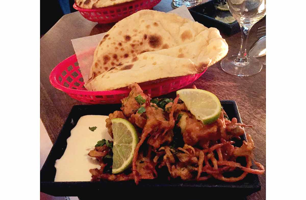 Restaurant PAPADOOM KITCHEN, beignets de crevettes et légumes et naan au fromage