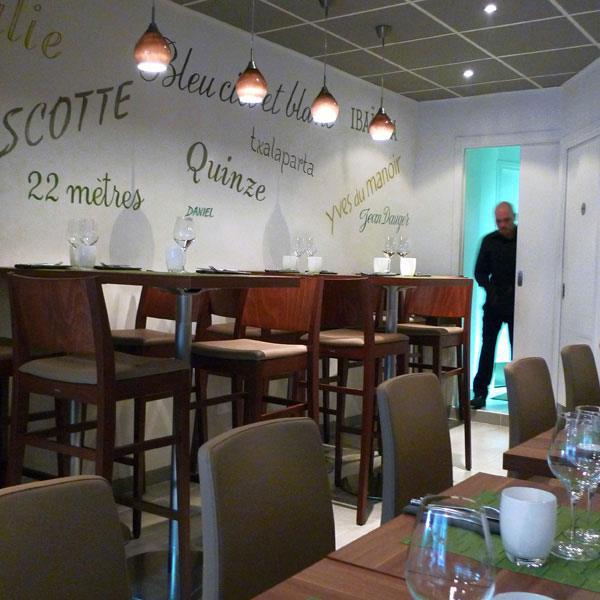 Restaurant Pottoka : Tables hautes et références au rugby