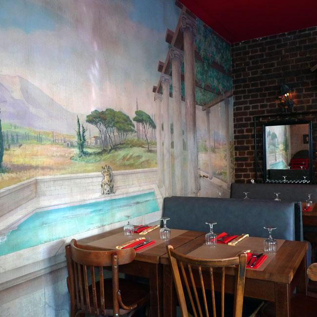 Restaurant Pulcinella, Décor modeste et fresque murale