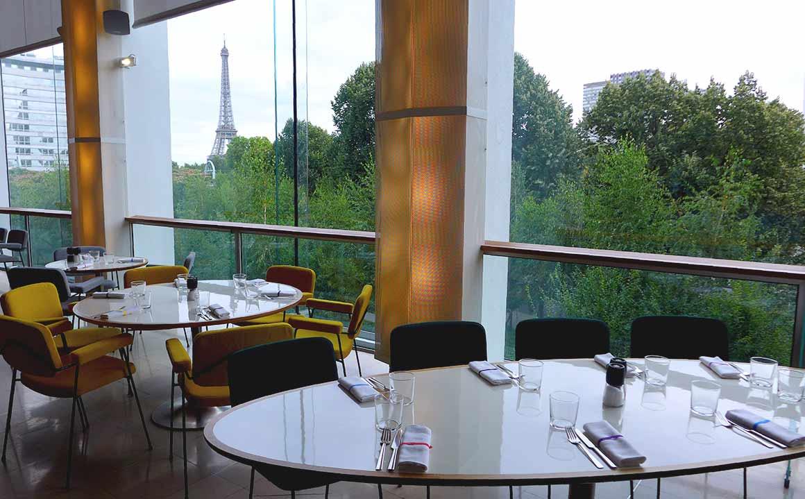 Restaurant RADIOEAT, Tables avec vue sur la Tour Eiffel