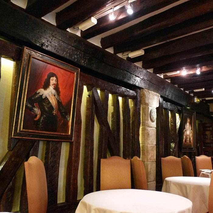Restaurant Relais Louis XIII, Le portrait du roi Louis XIII dans la salle à manger