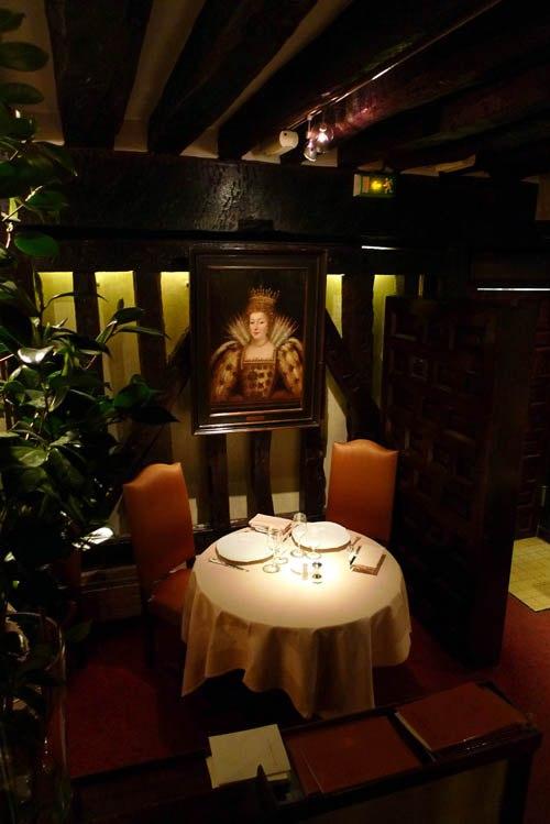 Restaurant Relais Louis XIII, Décor historique dans la salle