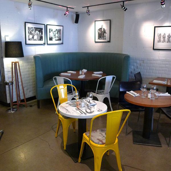 Remona Café Gallery, Mobilier design confortable et exposition de photos