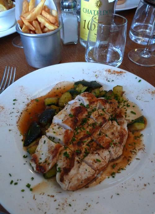 Remona Café Gallery, poulet fermier Cajun style et sa poêlée de courgettes
