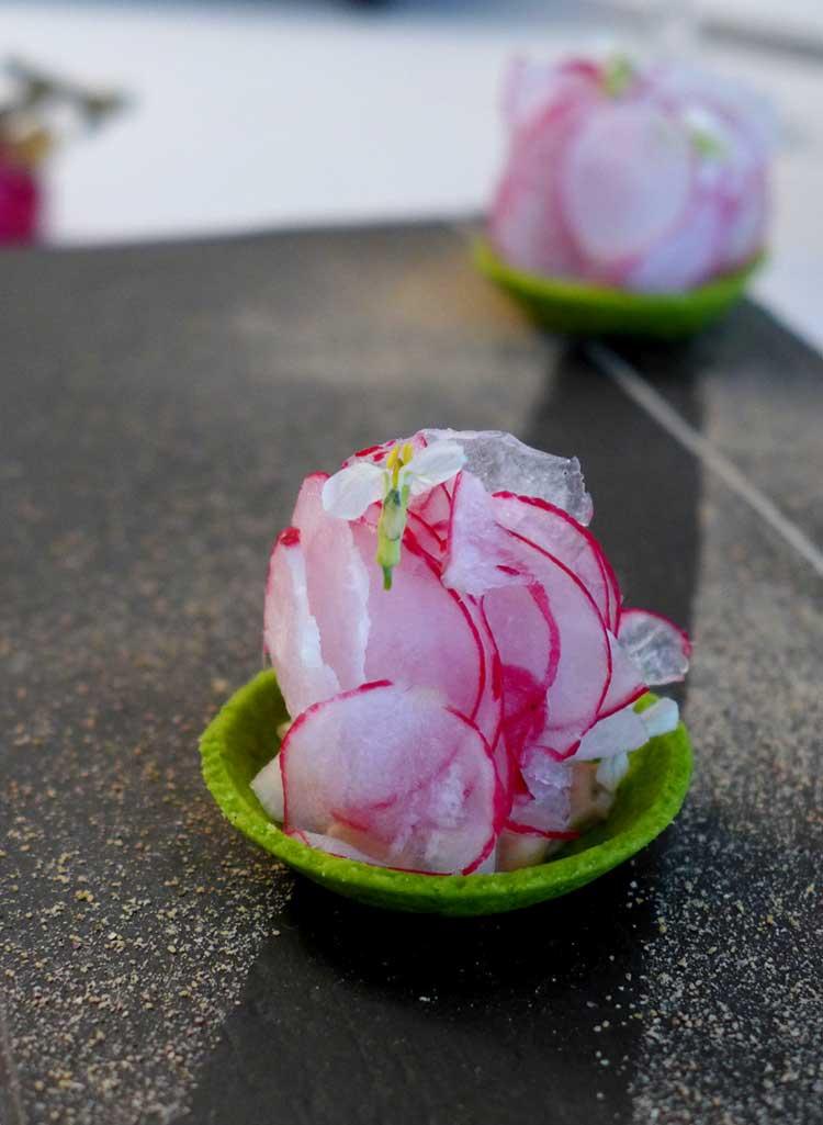 Restaurant Jean François Piège : radis rose et croûte de fanes