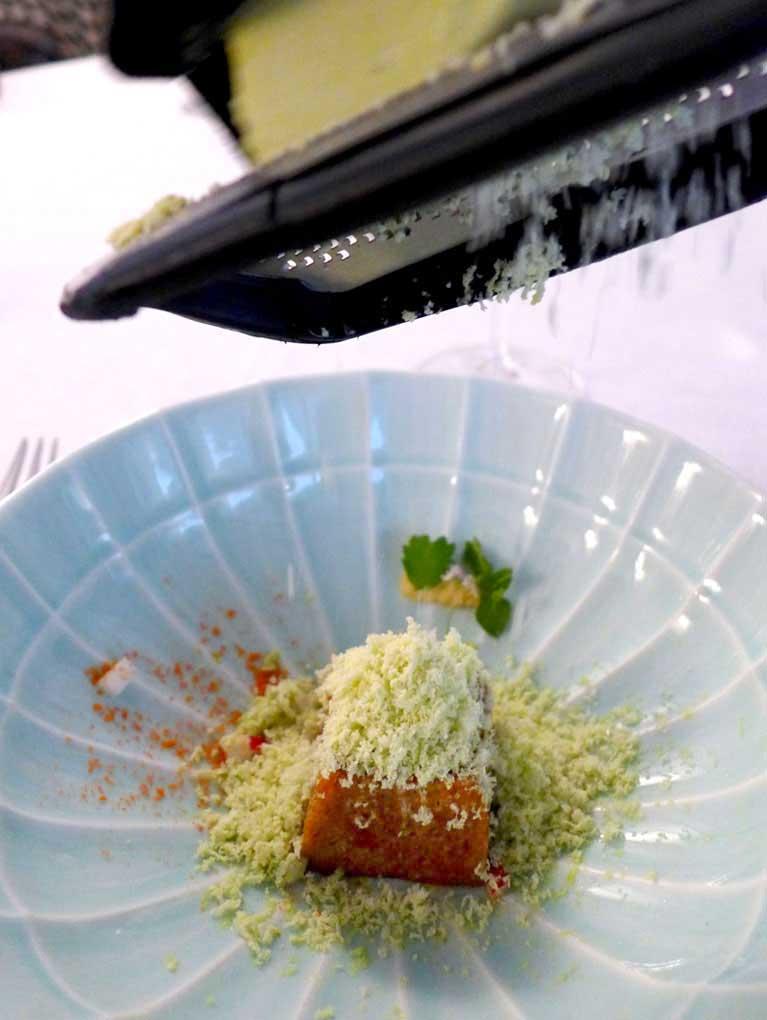 Restaurant Jean François Piège : mouillette de pain au jus de crevettes