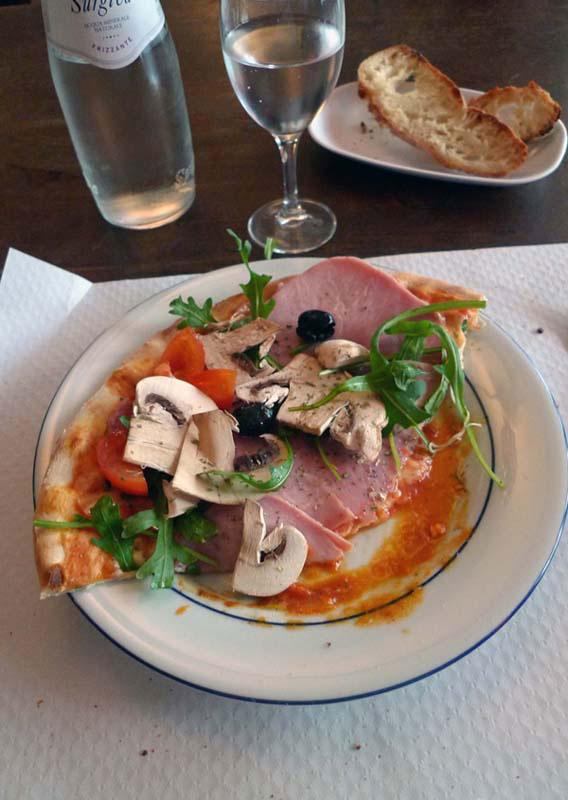 Restaurant Sale E Pepe, La part de pizza tomate, jambon et champignons
