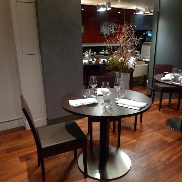 Restaurant Sens Uniques, Table ronde et décoration florale