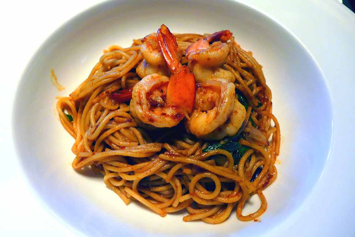 Restaurant SILK & SPICE, spaghetti aux crevettes sautés au wok