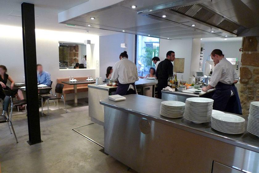 La cuisine dans la salle du restaurant