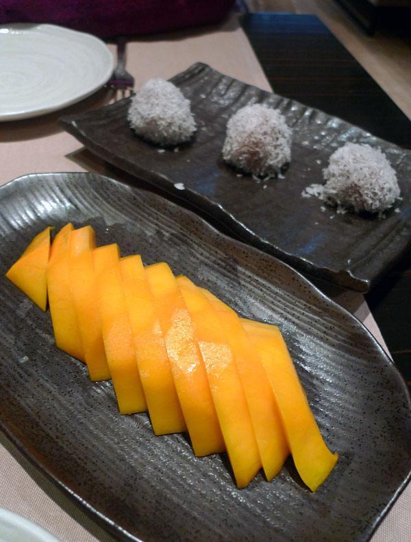 Restaurant TAOKAN, mangue fraîche et perles de coco au chocolat