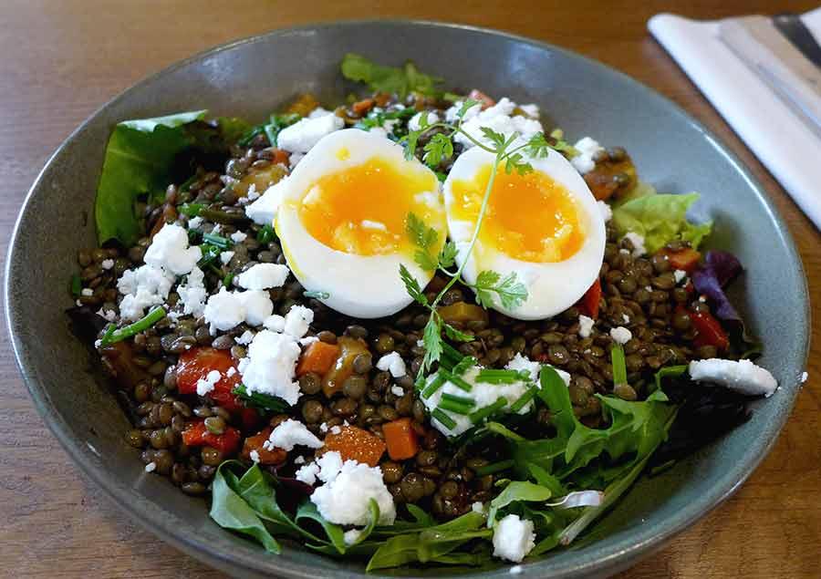 Fromagerie Monbleu, salade de lentilles avec légumes croquants plus féta et oeuf mollet