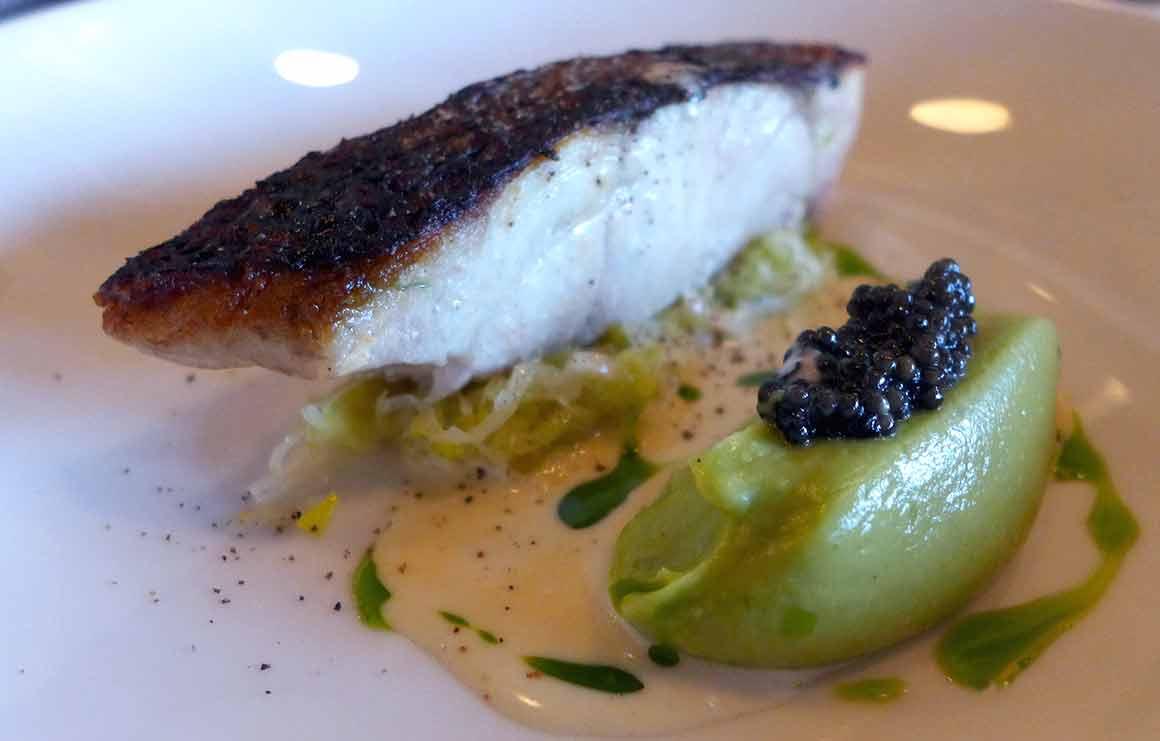 Tomy & Co Maigre rôti avec poireaux plusavocat et caviar d'Aquitaine
